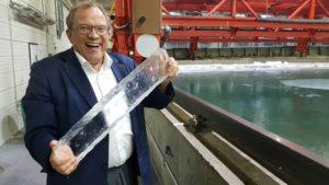 Pentti Kujalalle kunnianosoitus työstä jäisillä vesillä liikkuvien alusten turvallisuuden parantamiseksi